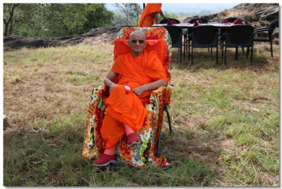 The divine darshan of Acharya Swamishree as He watches the beauty of the nature