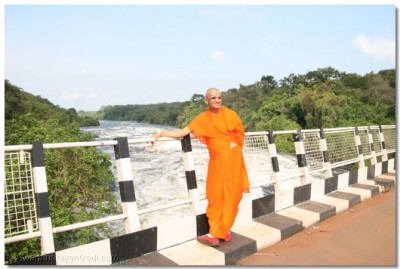 HDH Acharya Swamishree showing his heavenly blessings at the Karuma Bridge