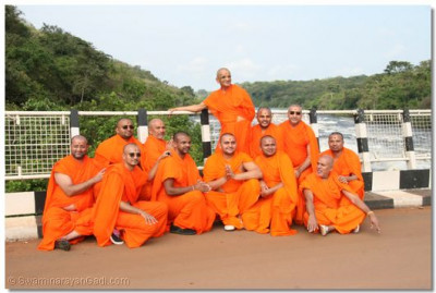 Acharya Swamishree and sant mandal at the Karuma Bridge