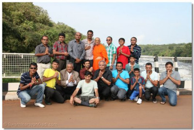 Acharya Swamishree and devotees at the Karuma Bridge