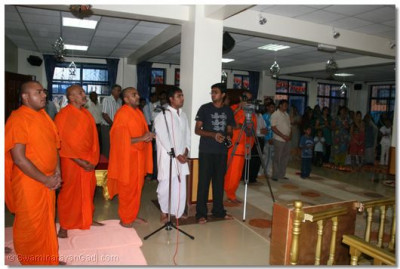 Sant mandal and devotees performing Sandhya Aarti and daily niyams