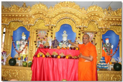 Acharya Swamishree offering thaad to Lord Swaminarayan