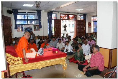 HDH Acharya Swamishree ensuring that everyone understands ways of pleasing Lord Swaminarayan