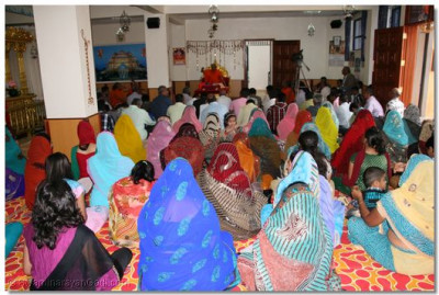 Members of the congregation all listening to Acharya Swamishree's ashirvad