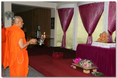 Sandya Aarti being performed to Shree Harikrishna Maharaj during the last day gathering at Kampala