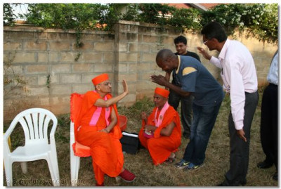 An onlooker being blessed by Acharya Swamishree
