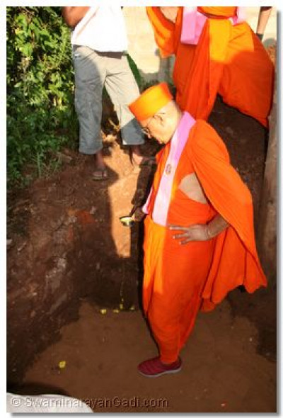 Acharya Swamishree carrying out the ground breaking ceremony