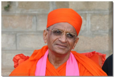 Acharya Swamishree giving His divine darshan to the members of the congregation gathered at the ceremony