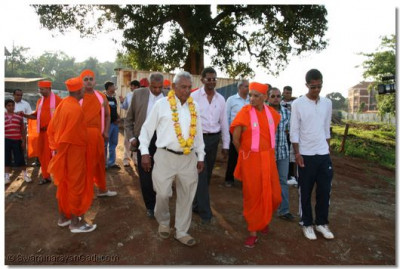 HDH Acharya Swamishree, sant mandal and devotees being shown the site