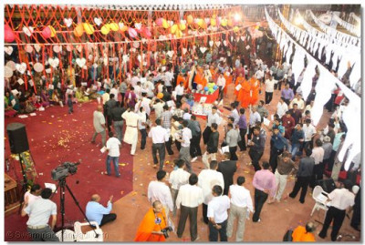 Devotees perform samuh raas