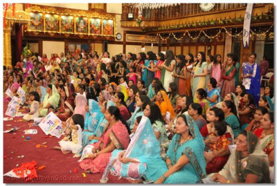 Devotees watch samuh raas