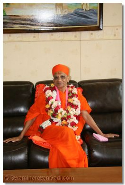 HDH Acharya Swamishree giving divine darshan at the VIP lounge