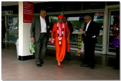 HDH Acharya Swamishree being welcomed with garlands by the committee members