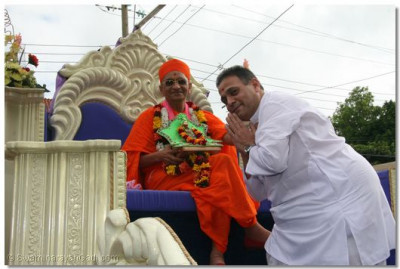 HDH Acharya Swamishree being welcomed by Nairobi temple pujari