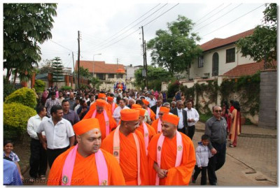 Sant mandal and disciples leading the procession