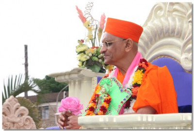 HDH Acharya Swamishree bestowing His divine blessings