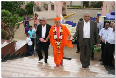 HDH Acharya Swamishree making His way into the temple