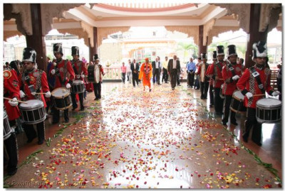 Karibu Kenya HDH Acharya Swamishree, HH Swamibapa Pipe band welcoming His Holiness into the temple