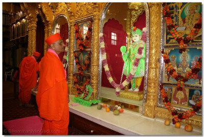 Adorned in green vaghas embedded with stones, Lord Shree Swaminarayan with HDH Acharya Swamishree