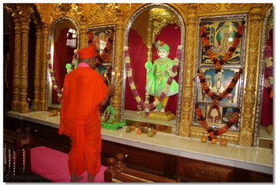 Aarti performed to Lord Swaminarayanbapa Swamibapa
