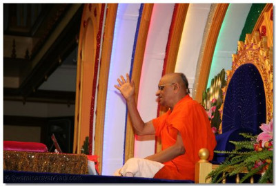 HDH Acharya Swamishree giving ashirwad during the welcome assembly