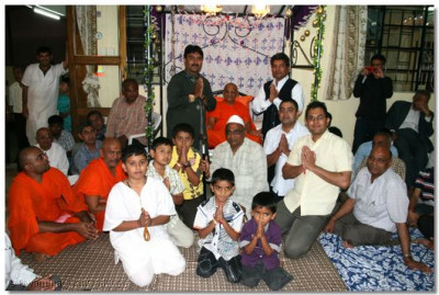 The participants with Acharya Swamishree