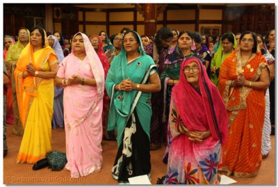 Devotees chant the divine mantra of Lord Swaminarayanbapa Swamibapa