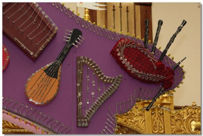 A close up of the other musical instruments.