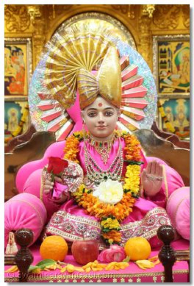 Divine darshan of Shree Ghanshyam Maharaj on the hindola.