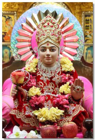 Divine darshan of Ghanshyam Maharaj on the hindola