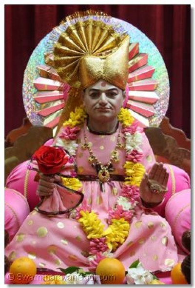 Divine darshan of Abji Bapashree on the hindola