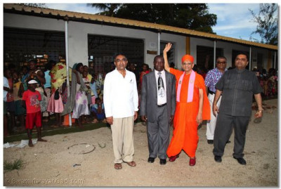 Acharya Swamishree blesses the Special School
