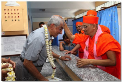 Acharya Swamishree blesses one of the doctors