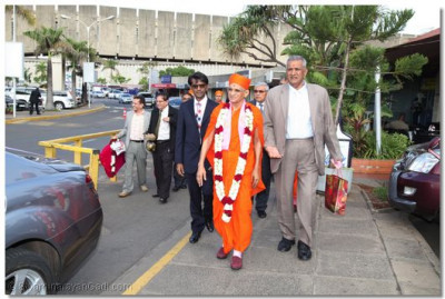 Divine darshan of Acharya Swamishree at JKIA