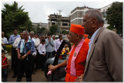 Acharya Swamishree arrives on Swamibapa Road