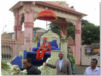 Acharya Swamishree's chariot enters Swamibapa Temple