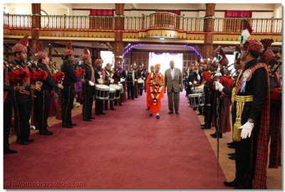 H H Swamibapa Pipe Band lead Acharya Swamishree to the sihasan