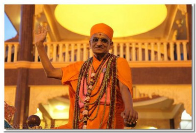 Acharya Swamishree showers His divine grace