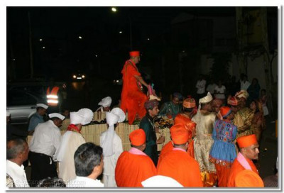 Hundreds of devotees accompany Acharya Swamishree to the stage