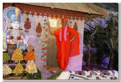 Divine darshan of Acharya Swamishree on the picturesque stage