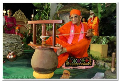 A rare darshan; Acharya Swamishree demonstrates how yogurt is churned