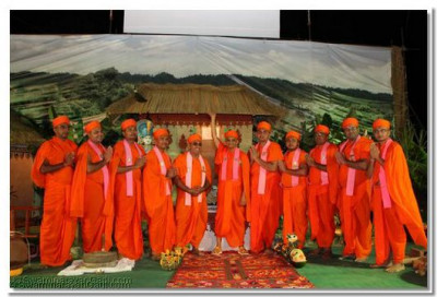 Sant Mandal with Acharya Swamishree