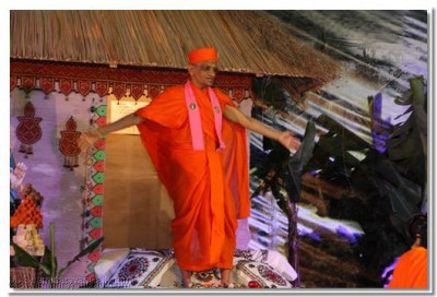HDH Acharya Swamishree embraces the entire congregation