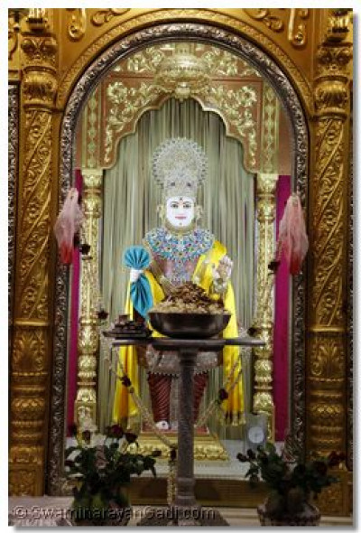 A thaar of popcorns and dates offered to Shree Ghanshyam Maharaj
