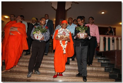 Sponsors of the festival carry the sacred pots from HH Swamibapa Hall to the temple hall