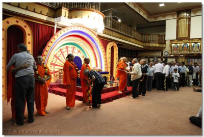 Devotees embrace Acharya Swamishree and sant mandal at the end of the final gathering in Nairobi