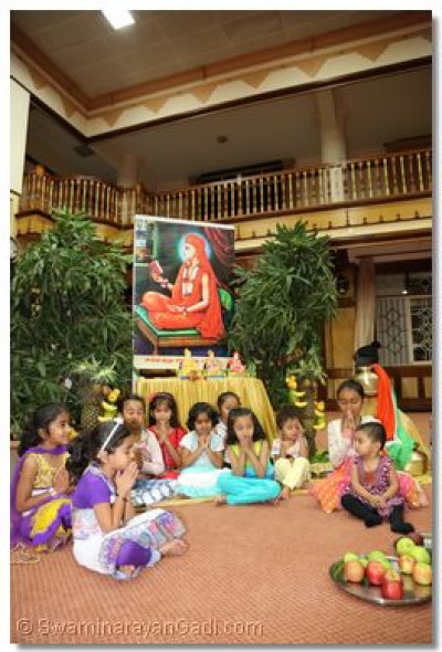 Young devotees doing dhyan to atain blessings from Lord Swaminaryanabapa Swamibapa