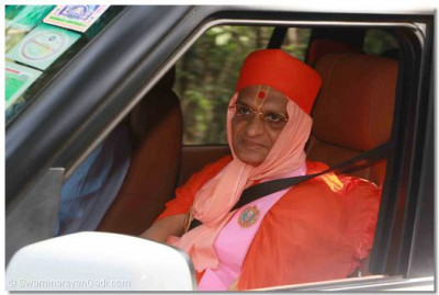 Divine darshan of Acharya Swamishree during his arrival to the Karura Forest
