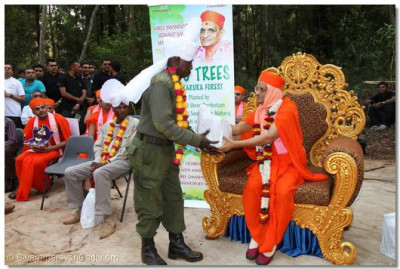 Acharya Swamishree blesses the scout ranger