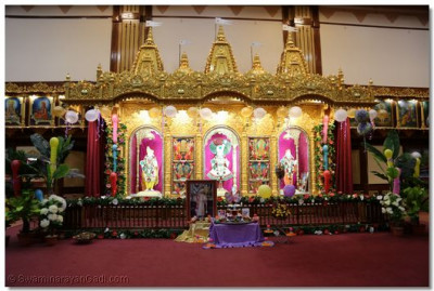 Divine darshan of the Trimurti in the Sinhasan